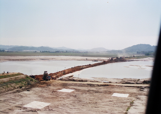 Flood damage in Hangang River and levee breach (1990-6)